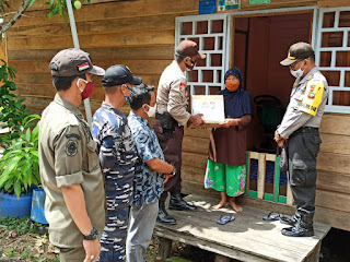 Di Hari Bhayangkari ke -74, Polres Lingga Bagi Sembako Dua Desa yang Ada di Kecamatan Selayar