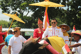 Ike Edwin dan Zam Naiki Gerobak Sapi ke KPUD Bandar Lampung, Warga: Unik dan Sederhana Sekali