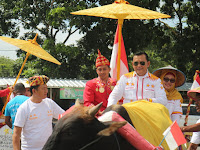 Ike Edwin dan Zam Naiki Gerobak Sapi ke KPU Bandar Lampung, Warga: Unik dan Sederhana Sekali