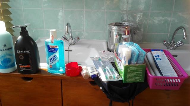 Badkamervoorraad op de wastafel bij grote schoonmaak.