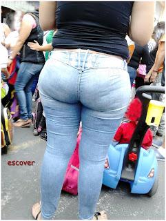 Hermosa señora calle pantalon apretado