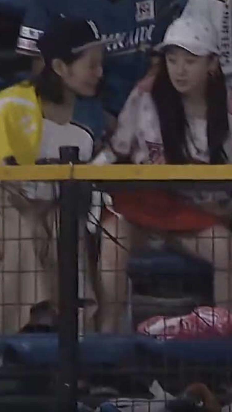 Akiyama Mao mostra calcinha em jogo de baseball