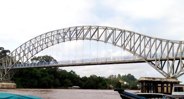 Pemkab Barut Uji Coba Kekuatan Jembatan Penyeberangan