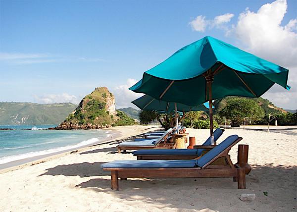 Bermalas-malasan di tepian Pantai Kuta di Lombok