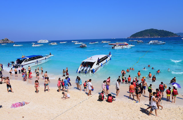 เกาะสี่หรือเกาะเมี่ยง ตั้งอยู่กึ่งกลางหมู่เกาะสิมิลัน นักท่องเที่ยวนิยมมากพักผ่อนที่เกาะสี่(เกาะเมี่ยง) มากกว่า เกาะ เกาะแปด(เกาะสิมิลัน)