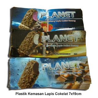plastik kemasan es krim stik loly lapis cokelat kacang planet