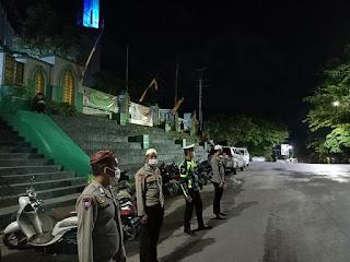 Bhabinkamtibmas Polsek Enrekang Lakukan Pengamanan Masjid dan Sholat Tarawih Masjid Agung
