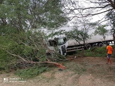 Sr. do Bonfim: Acidente envolvendo três veículos é registrado na BR-407, próximo à Tanquinho