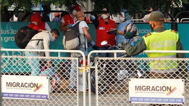 Hundreds of Venezuelan refugees stranded on Colombia border