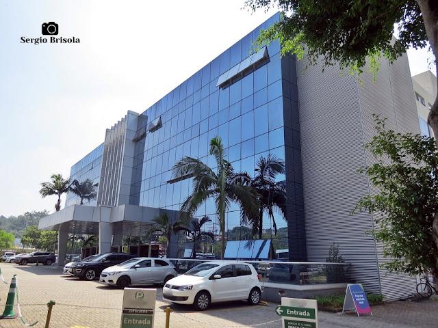 Vista lateral da fachada frontal do complexo da Universidade São Judas - Unidade Butantã - São Paulo