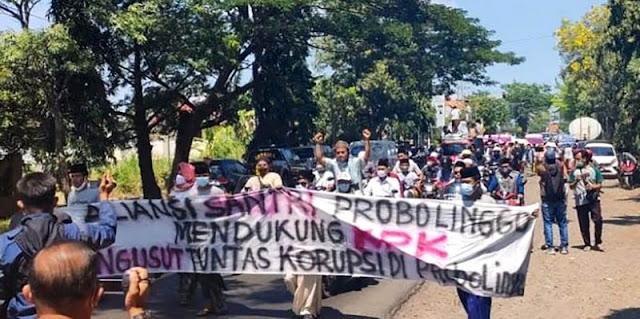 Tuntut Pemecatan Hasan Aminuddin, Ratusan Santri Geruduk Kantor DPRD Probolinggo