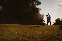 ensaio pré-wedding realizado no O Butiá em porto alegre à beira do rio guaíba com um por-do-sol lindo iluminando o casal book de casal com cerimonial de fernanda dutra eventos
