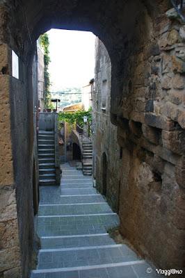 Scale, archi e viottoli del nucleo storico di Pitigliano.