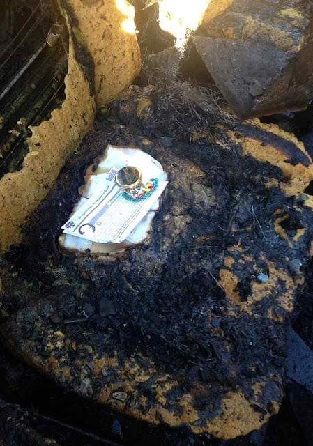 Teca intacta em carro consumido pelo fogo, Paróquia Santa Rita de Cássia, Franca - SP.