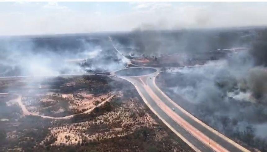 Incêndio de grandes proporções toma conta da saída para a Guia; fumaça sufoca Capital