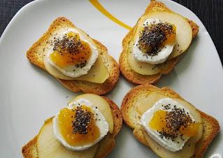 Crostini con queso, pera y miel