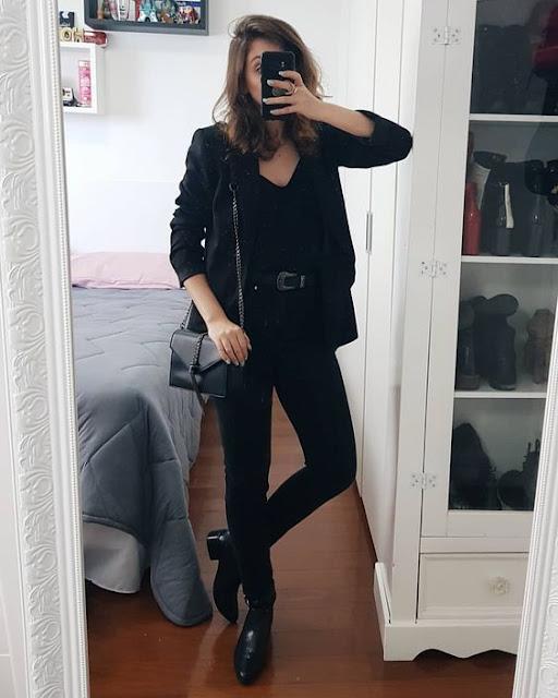 A cor preta é bem versátil e combina com tudo, além de ser uma cor que destaca ainda mais a nossa beleza. É possível montar looks tumblr com a cor preta. Calça, blusa, vestido, saias... Você pode criar vários estilos de looks diferentes apenas usando o preto. Além disso o preto é um estilo que as coreanas e chinesas usam bastante. Se sua intenção é ficar tumblr igual as coreanas, esse é o caminho.