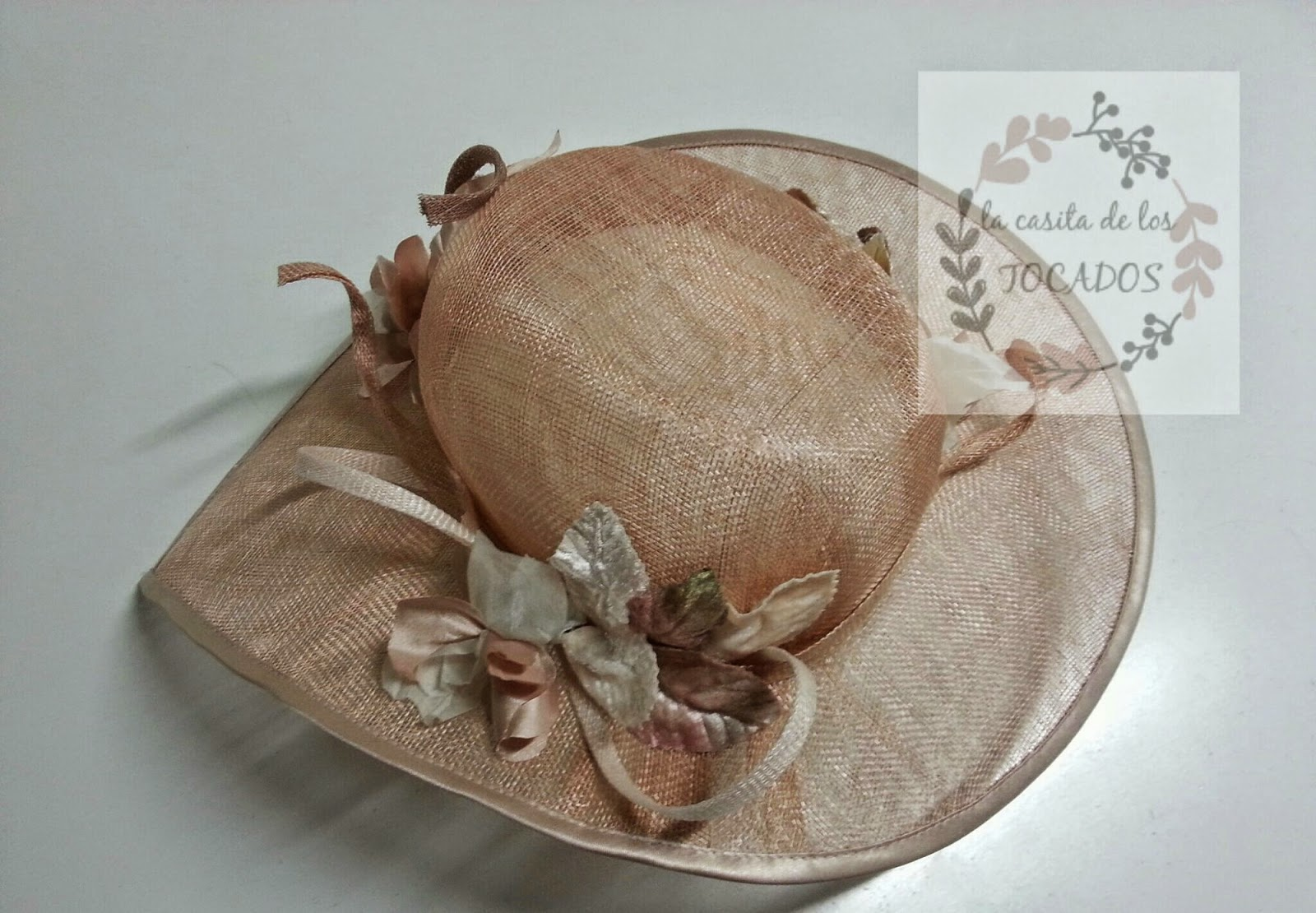 pamela artesanal para boda color rosa nude con hojas, flores y sinamay