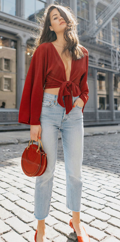 No matter what kind of date night you have planned for Valentine's Day. Here are 29 Romantic Valentines Day Outfits to Wow Your Date. Women's style + Fashion via higiggle.com   valentine jeans look   #valentine #jeans #romance