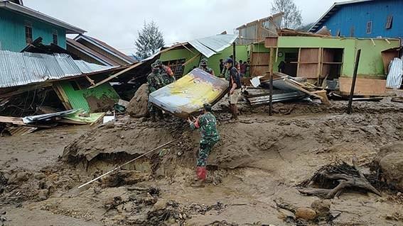 TNI Bantu Warga Terdampak Bencana Banjir dan Longsor di Papua