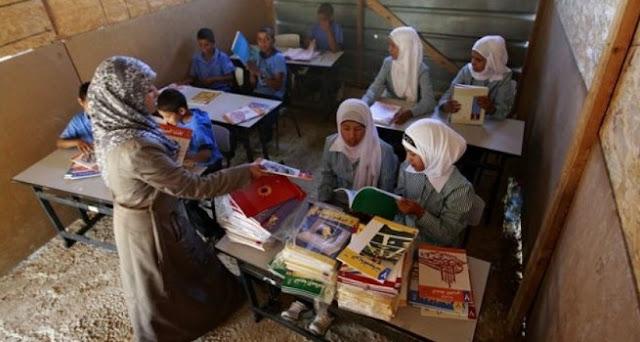 Gambar Seorang guru Palestina mengajar di sebuah sekolah di Khan al-Ahmar