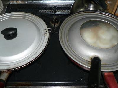 ニラ饅頭を蒸す