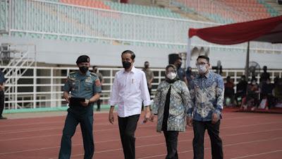 Presiden Joko Widodo Lihat Vaksinasi Massal di Stasiun dan Lapangan Bola