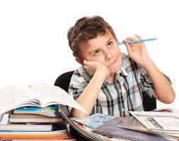 niño con lápiz estudiando