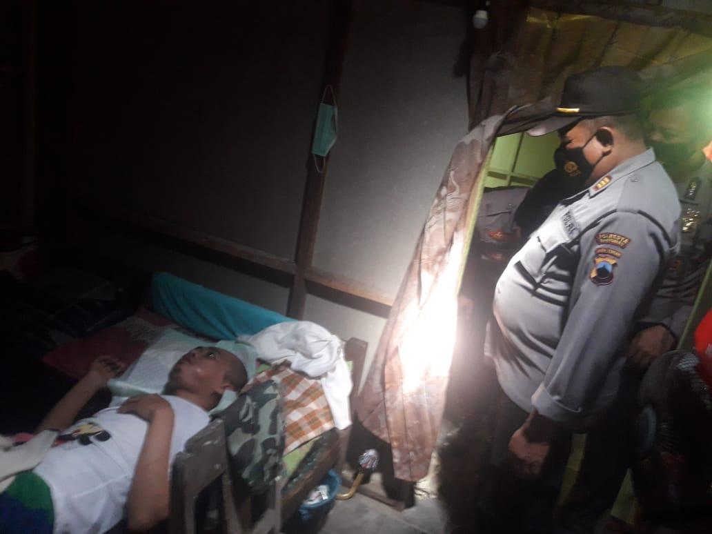 Sambangi Warga Sakit, Kapolsek Ajibarang Serahkan Zakat Mal Anggota Polresta Banyumas