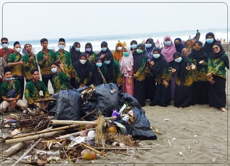 Wujudkan Kepedulian Lingkungan, Pelajar NU Adimulyo Bersih-bersih Pantai