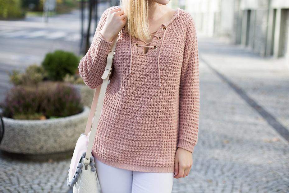 Pudrowy, wiązany sweter RozaliaFashion