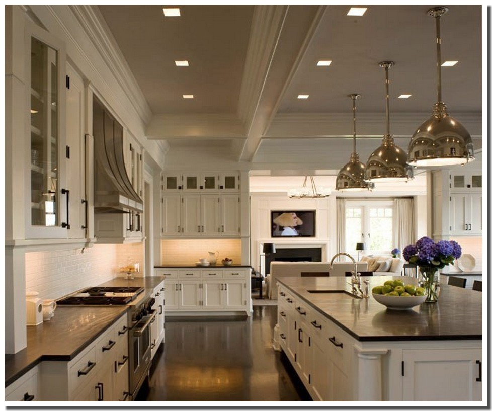 Beautiful Kitchen With Large Island: Nassima Home: Cuisine Cottage