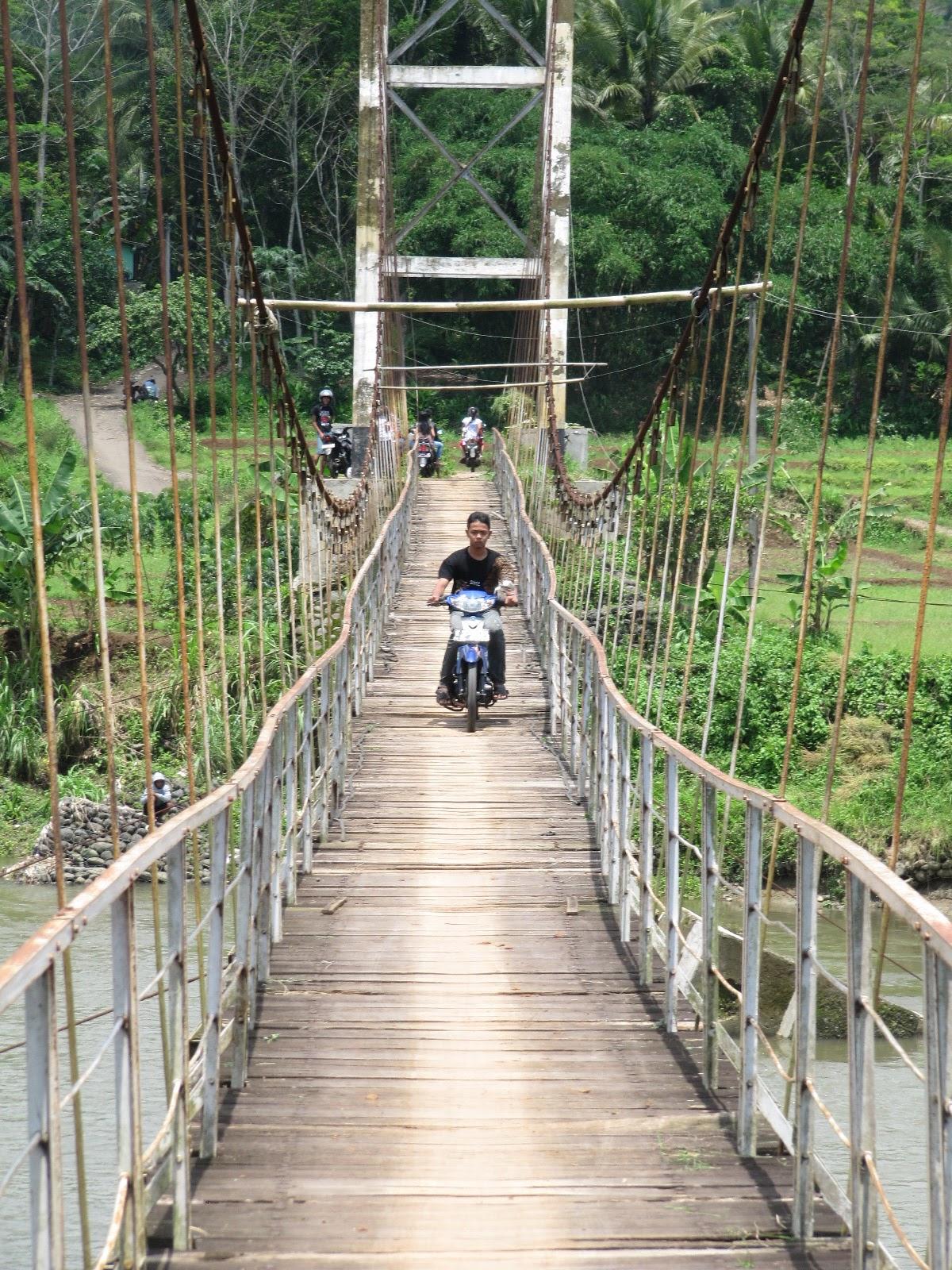Gambar Jembatan Gantung Tangkahan Ekstrem Menegangkan