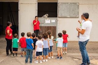 Los niños salen de espaldas, mirando la cuadra, y por la ventanita sobresale dos largas orejas y un hocico. ¿De quién se trata?