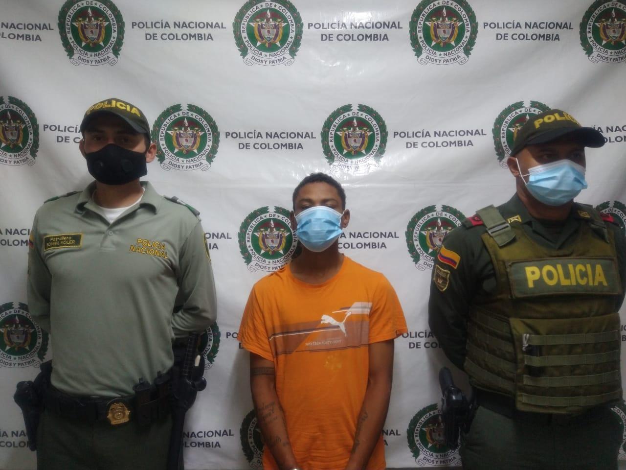 https://www.notasrosas.com/Policía Guajira captura a 'El Loro', cuando hurtaba accesorios de un monumento en la Calle Primera de Riohacha