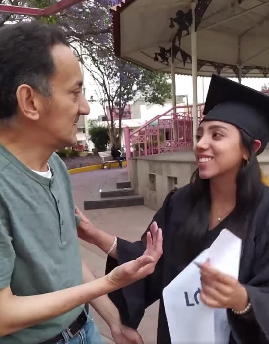 Joven se gradúa y sorprende a su papá mientras bolea zapatos para darle las gracias