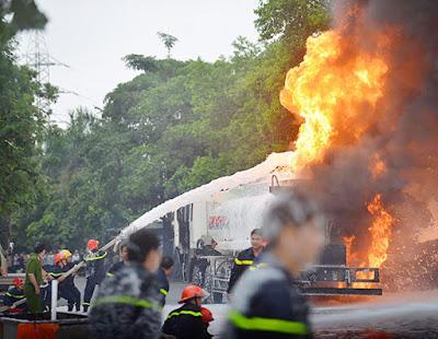 các chiến sĩ PCCC đang tích cực dập lửa phát ra từ chiếc xe bồn chở xăng