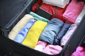 Mala com roupas coloridas e dobradas dentro
