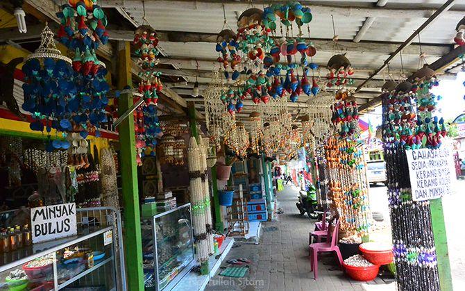 Warung berjualan souvenir berupa pernak-pernik terbuat dari kerang mati