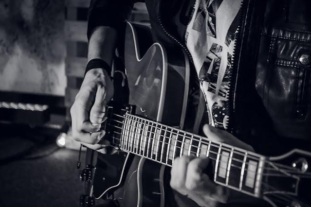 Posición de las Manos en la Guitarra. La Púa.