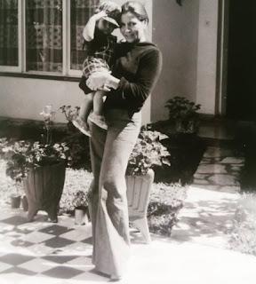 Con mamá en el 68. La vieja siempre de moda.