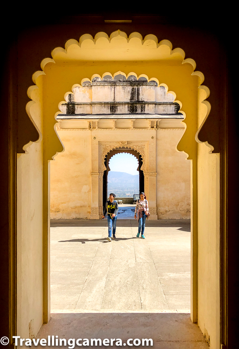 Badal Mahal of Kumbalgarh Fort has paintings with pastel colored murals from 19th century. Palace rooms have turquoise, green and white color schemes on its wall.