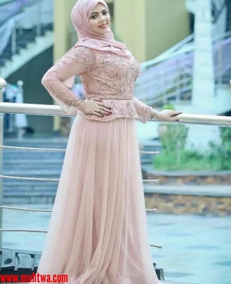 746662c2e فستان محجبات مميز مصنوع من القماش الستان الناعم باللون الرمادى الفاتح  ومنقوش عليه رسومات ورود باللون