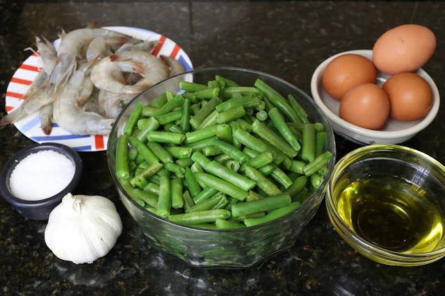 Ingredientes para revuelto de judías verdes y langostinos