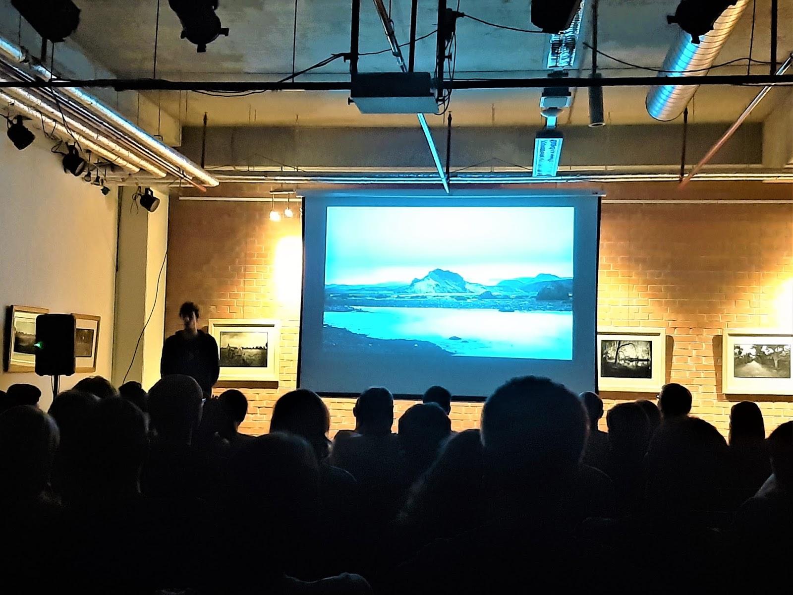 Michal Hubert vykládá o své cestě na Island. Autor: Michaela Jagusztynová