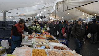 ويصطف الباعة بجوار بعضهم، يبيعون منتجاتهم في كل قسم مخصص، منهم من يبيع في قسم الخضار والفاكهة، وآخرون في بيع بقية المنتجات، في ظل ازدحام وإقبال من قبل الزائرين.  ونظرا لأهمية هذه الأسواق وما تقدمه، فإنه يشهد أيضا اهتماما من قبل الأجانب المقيمين في إسطنبول، والسائحين القادمين الذين يتعرفون من جهة على الثقافة التركية، ومن جهة تلبي هذه الأسواق حاجتهم.  وكذلك تعتبر هذه الأسواق مقصدا هاما لجزء كبير من الجالية العربية المقيمة في إسطنبول والتي ارتفعت أعدادها خلال السنوات الأخيرة، حيث أن هذه الأسواق مقصد مهم للعوائل العربية والتركية والأجنبية دون استثناء.