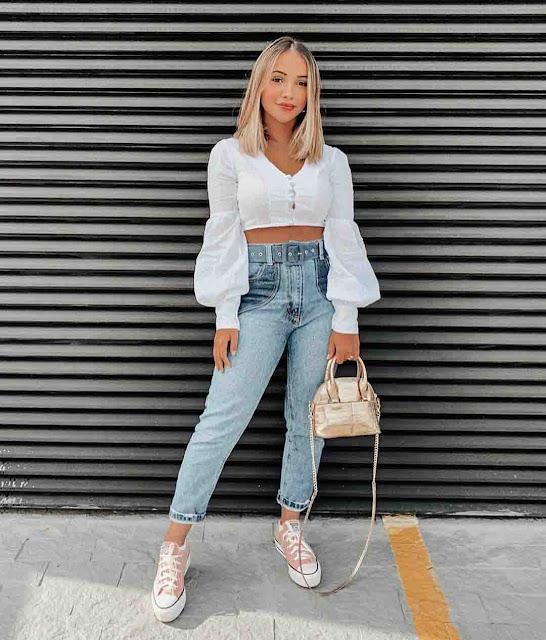 Calça mom jeans, blusa branca com mangas bufantes e all star rosa