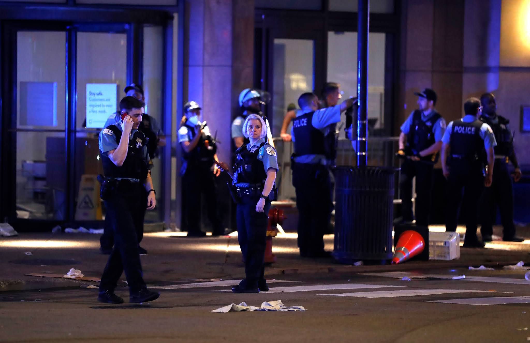 Looters smash business windows on Chicago's Magnificent Mile
