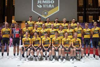 Foto di gruppo del Team Bianchi Jumbo-Visma 2020 ad Amsterdam
