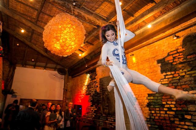 Acrobata em tecido se apresenta durante a festa de confraternização de final de ano da empresa Bloomberg em São Paulo.